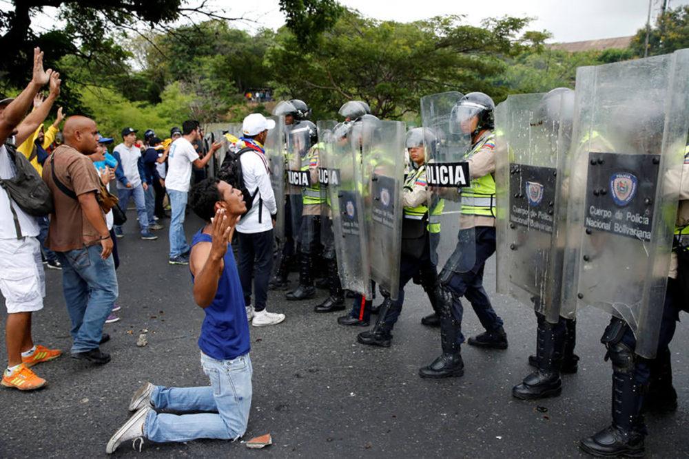 Resultado de imagen para Fuerzas de seguridad venezolanas enfrentando a manifestantes