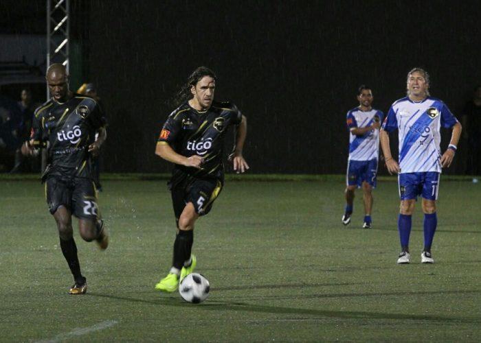 El español Carles Puyol domina la pelota; al fondo el Mágico González