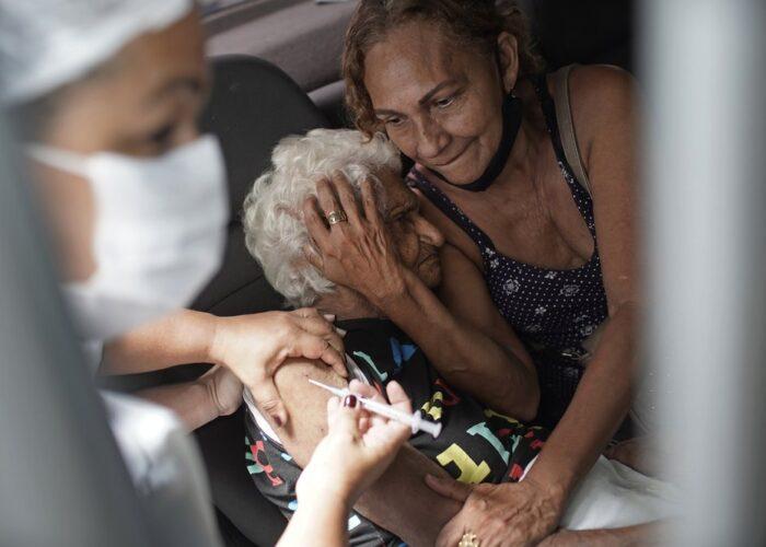 Una mujer recibe una inyección de CoronaVac, del laboratorio chino Sinovac, dentro de un programa de vacunación prioritaria contra el COVID-19 para mayores, en un puesto accesible en auto, en Río de Janeiro, Brasil, el 1 de febrero de 2021. (AP Foto/Silvia Izquierdo)