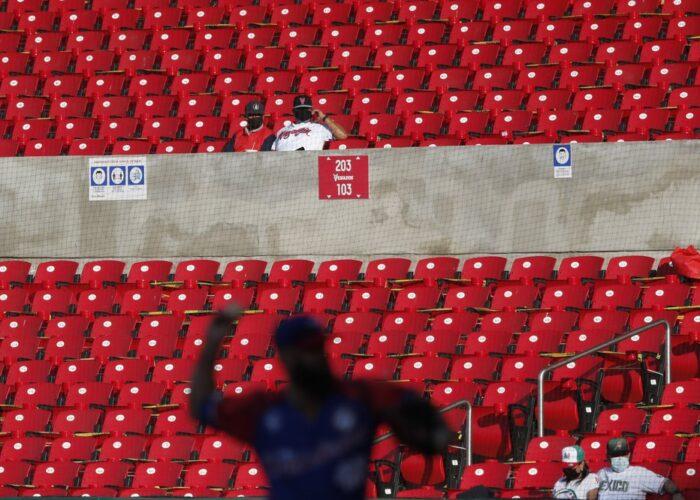 El abridor de República Dominicana Joe Van Meter lanza en el cuarto inning de un juego de la Serie del Caribe contra Panamá, en el estadio Teodoro Mariscal de Mazatlan, México, el 2 de febrero de 2021. (AP Foto/Moisés Castillo)