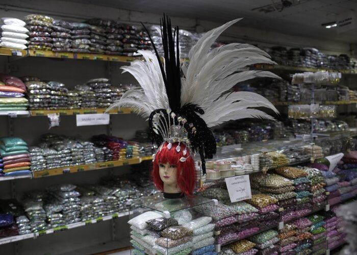 La cabeza de un maniquí, con un tocado de plumas en venta, en una tienda de disfraces en Río de Janeiro, Brasil, el 4 de febrero de 2021, en plena pandemia del coronavirus. (AP Foto/Silvia Izquierdo)